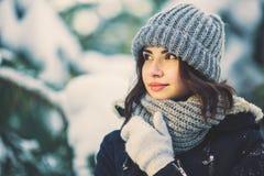 Mujer joven hermosa en parque en día de invierno que nieva Fotografía de archivo libre de regalías