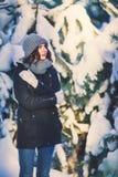 Mujer joven hermosa en parque en día de invierno que nieva Fotos de archivo