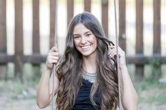 Mujer joven hermosa en parque en verano Foto de archivo