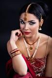 Mujer joven hermosa en ropa y accesorios indios Imagenes de archivo