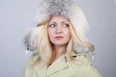 Mujer joven hermosa en sombrero de piel Imagen de archivo libre de regalías