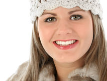 Mujer joven hermosa en sombrero del Knit y capa cortada piel Imagen de archivo libre de regalías