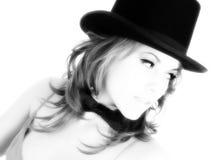 Mujer joven hermosa en sombrero superior y pajarita Fotografía de archivo