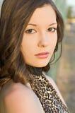Mujer joven hermosa en tapa de la impresión del leopardo Foto de archivo libre de regalías
