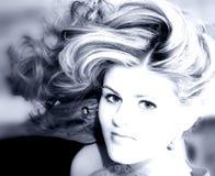 Mujer joven hermosa en tonos azules Imágenes de archivo libres de regalías