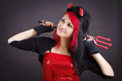 Mujer joven hermosa en traje del diablo imagenes de archivo