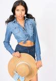Mujer joven hermosa en traje del dril de algodón con el sombrero Foto de archivo libre de regalías