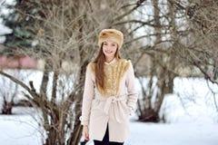 Mujer joven hermosa en un día de invierno frío Foto de archivo libre de regalías