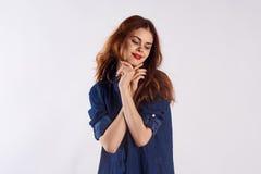 Mujer joven hermosa en un fondo ligero, espacio libre para la copia Fotografía de archivo