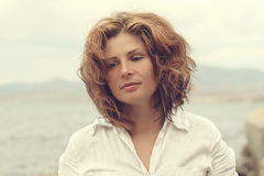 Mujer joven hermosa en un mar de la costa Fotografía de archivo libre de regalías