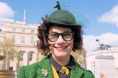 Mujer joven hermosa en un sombrero magnífico en el funcionamiento del tweed imagen de archivo libre de regalías