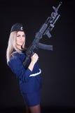 Mujer joven hermosa en un uniforme marino con un rifle de asalto Foto de archivo libre de regalías