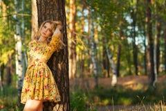 Mujer joven hermosa en un vestido amarillo en el parque Imagen de archivo