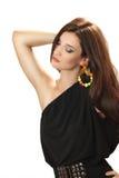 Mujer joven hermosa en un vestido negro con los pendientes grandes brillantes Imagenes de archivo