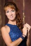 Mujer joven hermosa en una alineada azul Foto de archivo libre de regalías