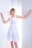 Mujer joven hermosa en una alineada blanca foto de archivo