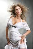 Mujer joven hermosa en una alineada blanca Imagen de archivo libre de regalías