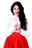 Mujer joven hermosa en una blusa blanca y una falda roja Imágenes de archivo libres de regalías