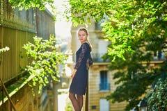 Mujer joven hermosa en una calle de París imagenes de archivo