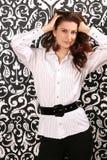 Mujer joven hermosa en una camisa con una correa Foto de archivo