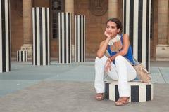 Mujer joven hermosa en una plaza parisiense Imagenes de archivo