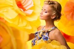 Mujer joven hermosa en vestido colorido fotografía de archivo