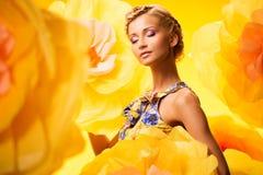 Mujer joven hermosa en vestido colorido foto de archivo libre de regalías