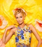 Mujer joven hermosa en vestido colorido foto de archivo
