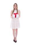Mujer joven hermosa en vestido con la caja de regalo aislada en blanco Imagenes de archivo