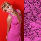 Mujer joven hermosa en vestido de moda de la primavera de la milenrama rosada Fotos de archivo