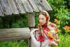 Mujer joven hermosa en vestido gris largo atractivo en parque del verano imagen de archivo libre de regalías