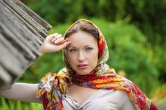 Mujer joven hermosa en vestido gris largo atractivo en parque del verano fotos de archivo