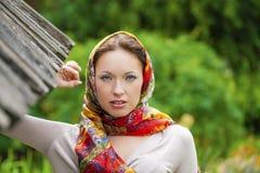 Mujer joven hermosa en vestido gris largo atractivo en parque del verano fotos de archivo libres de regalías