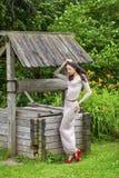 Mujer joven hermosa en vestido largo atractivo imagen de archivo libre de regalías