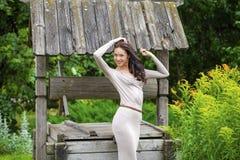 Mujer joven hermosa en vestido largo atractivo foto de archivo