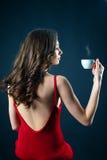 Mujer joven hermosa en vestido rojo con maquillaje de la tarde Fotografía de archivo