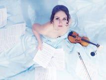 Mujer joven hermosa encantadora en un vestido largo con el violín Foto de archivo libre de regalías