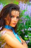 Mujer joven hermosa entre las flores Fotos de archivo