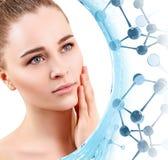 Mujer joven hermosa entre las moléculas de cristal azules imagenes de archivo