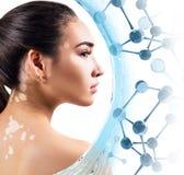 Mujer joven hermosa entre las moléculas de cristal azules Fotos de archivo