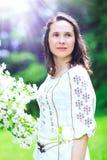 Mujer joven hermosa feliz con la blusa adornada con romano Foto de archivo libre de regalías