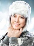 Mujer joven hermosa feliz en casquillo de la piel imagenes de archivo