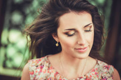 Mujer joven hermosa feliz en parque del flor de la primavera Fotos de archivo libres de regalías
