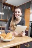 Mujer joven hermosa feliz que mira lejos de su messa de la mañana Imágenes de archivo libres de regalías