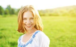 Mujer joven hermosa feliz que ríe y que sonríe en la naturaleza Fotos de archivo