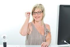 Mujer joven hermosa mayor con el funcionamiento de vidrios Imagen de archivo libre de regalías