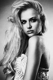 Mujer joven hermosa Muchacha rubia atractiva monocromático imagen de archivo
