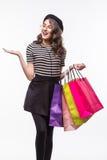 Mujer joven hermosa muy feliz en ropa informal con los panieres, con el copyspace para el mensaje del lema o de texto fotografía de archivo libre de regalías
