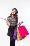 Mujer joven hermosa muy feliz en ropa informal con los panieres, con el copyspace para el mensaje del lema o de texto imagen de archivo libre de regalías