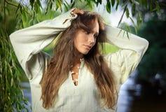 Mujer joven hermosa pensativa un frente del sauce Imagenes de archivo